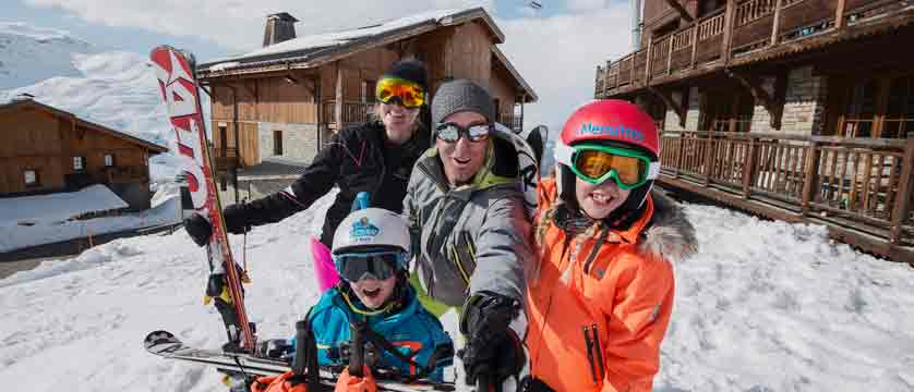 france_three-valleys-ski-area_les-menuires_skiers_family.jpg